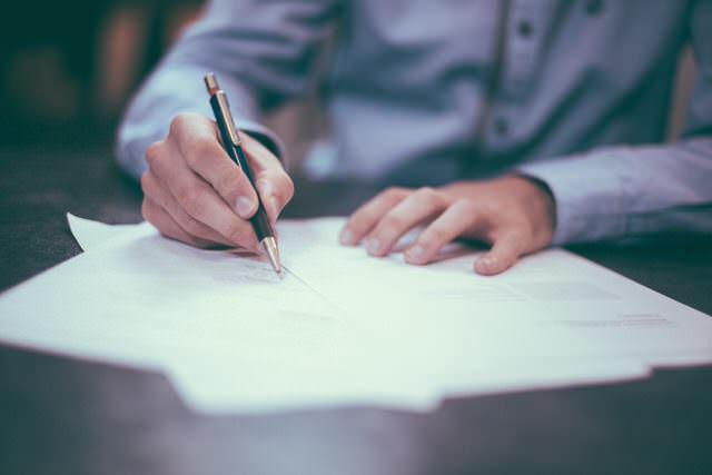 Los abogados suelen emplear una hoja de encargo para formalizar la relación con el cliente, Madrid no es una excepción.