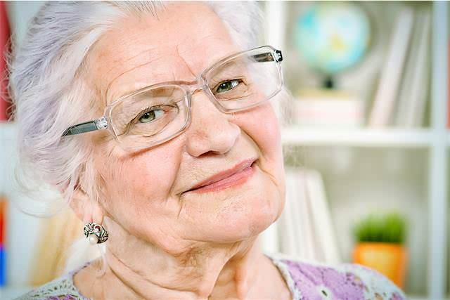 Foto de anciana satisfecha por haber recuperado sus ahorros gracias a la intervención de abogados especialistas en preferentes