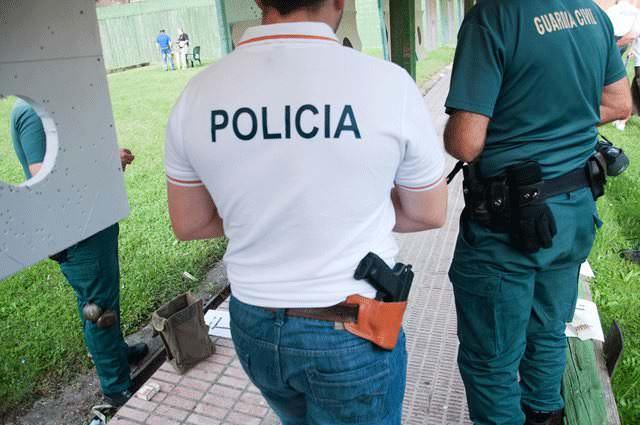 Foto de un agente de policía y un guardia civil