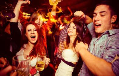 La consumición de bebidas alcohólicas en la vía pública puede acarrear sanciones.