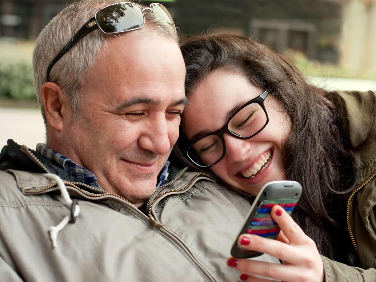 Hijo mayor de edad debe mantener la relación con el progenitor que paga la pensión alimenticia.
