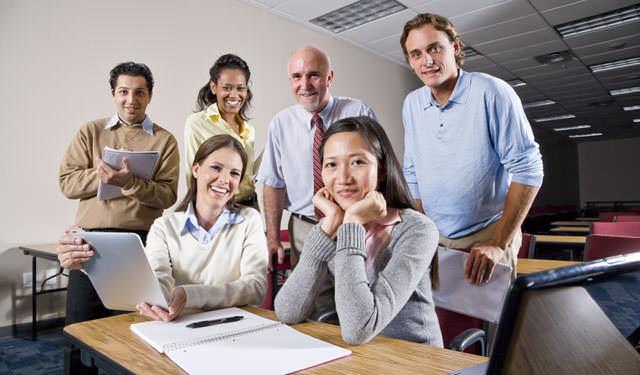 El grupo de profesores de la academia, entusiasmados por haber ganado el juicio