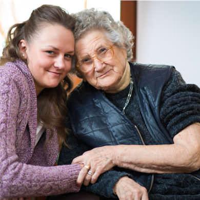 Madre e hija muestran su alegría al haber ganado el juicio de preferentes