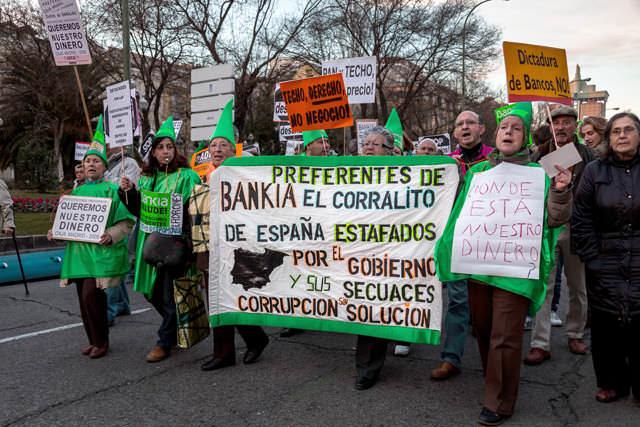 """Participaciones preferentes de Bankia: manifestación del 16 de febrero de 2013 en Madrid contra los desahucios. La pancarta reza: """"Preferentes de Bankia: el corralito español. Estafafos por el gobierno y sus secuaces. Corrupción sin solución""""."""