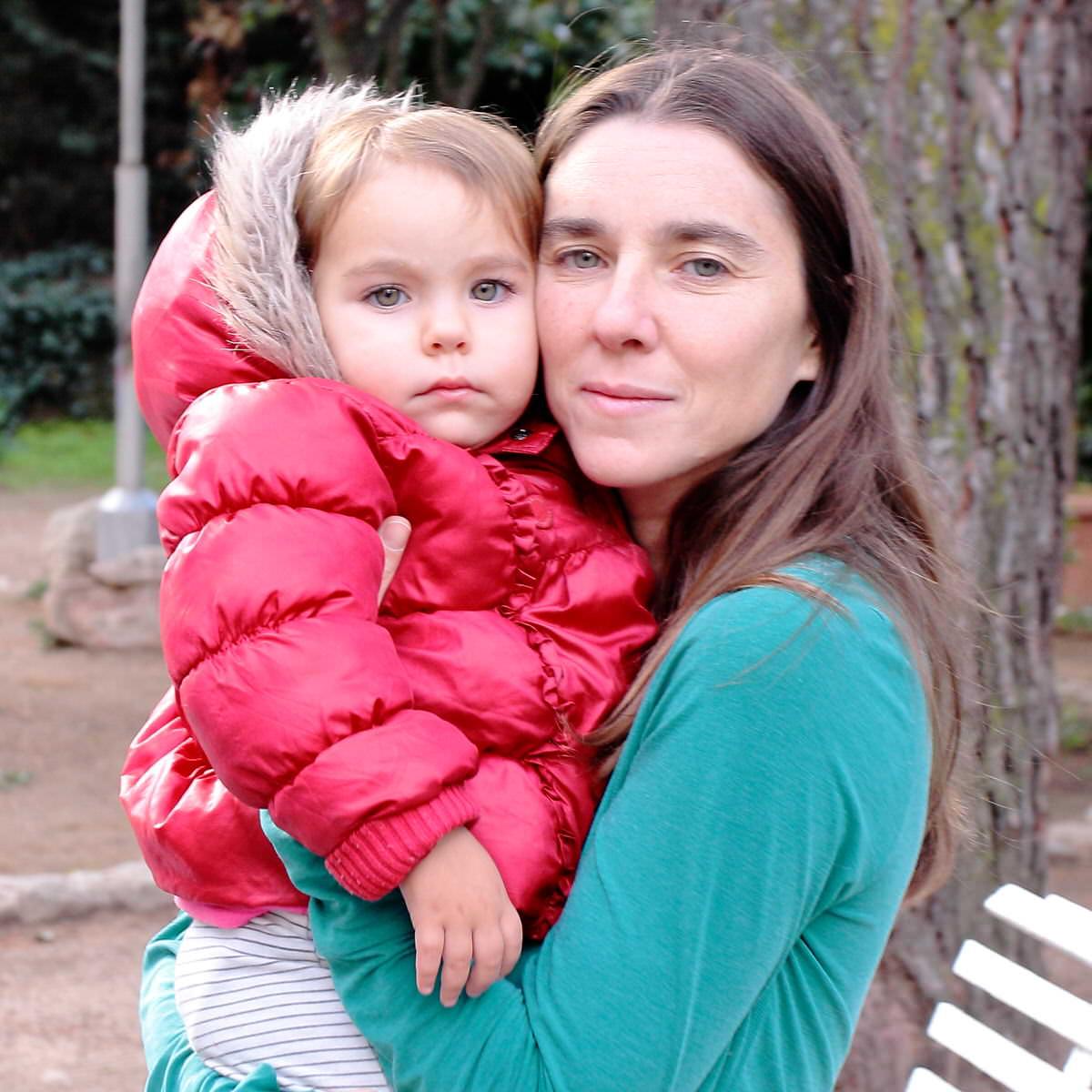 Madre con bebé lactante de 20 meses eximida de comparecer como vocal.
